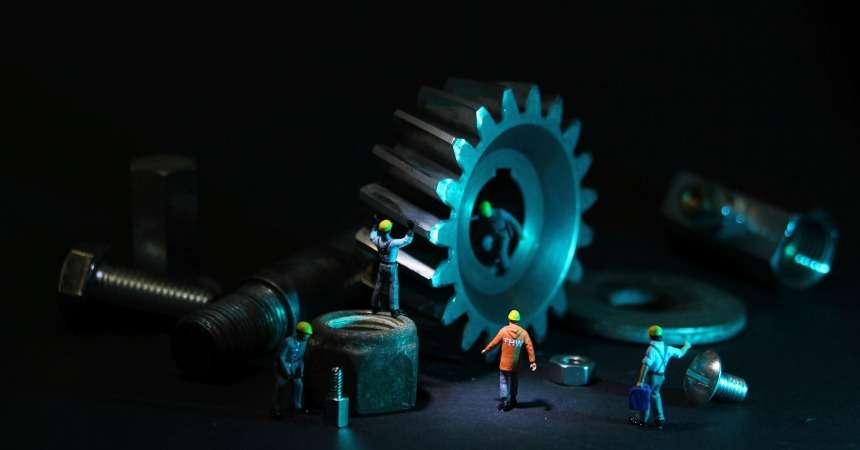 Veilig werken: haastige spoed met de cirkelzaag, duim weg